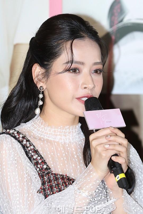 Cùng bị dìm tại sự kiện: Nữ thần Kpop đẹp mê hồn, Chi Pu được gọi là Kim Tae Hee Việt Nam nhưng mặt sao thế này? - Ảnh 14.