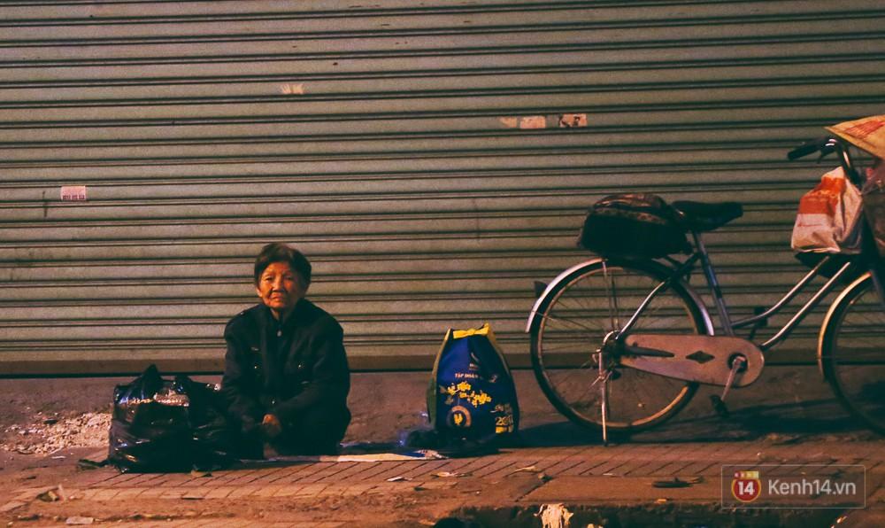 Chùm ảnh: Sài Gòn xuống 20 độ C kèm gió lạnh, người dân co ro khi đêm về - Ảnh 11.
