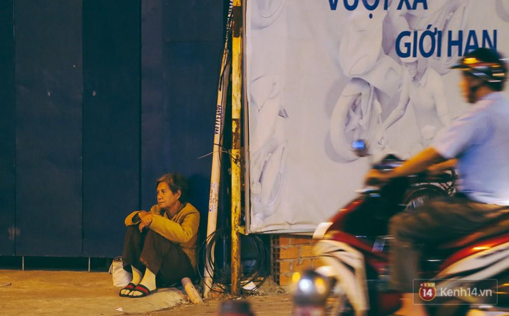 Chùm ảnh: Sài Gòn xuống 20 độ C kèm gió lạnh, người dân co ro khi đêm về - Ảnh 9.