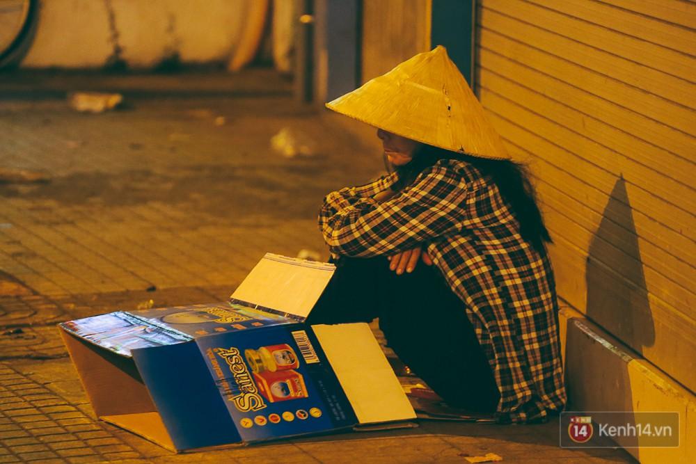 Chùm ảnh: Sài Gòn xuống 20 độ C kèm gió lạnh, người dân co ro khi đêm về - Ảnh 8.