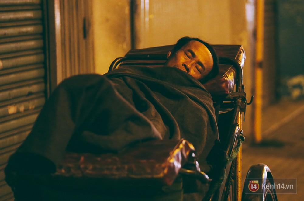 Chùm ảnh: Sài Gòn xuống 20 độ C kèm gió lạnh, người dân co ro khi đêm về - Ảnh 7.