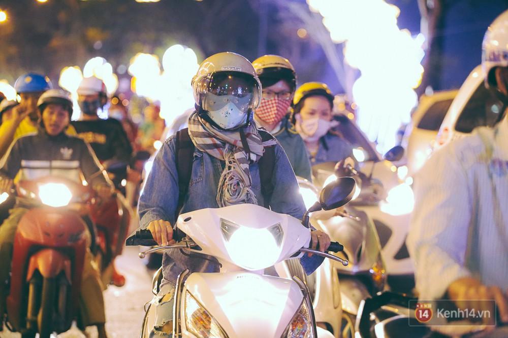 Chùm ảnh: Sài Gòn xuống 20 độ C kèm gió lạnh, người dân co ro khi đêm về - Ảnh 1.
