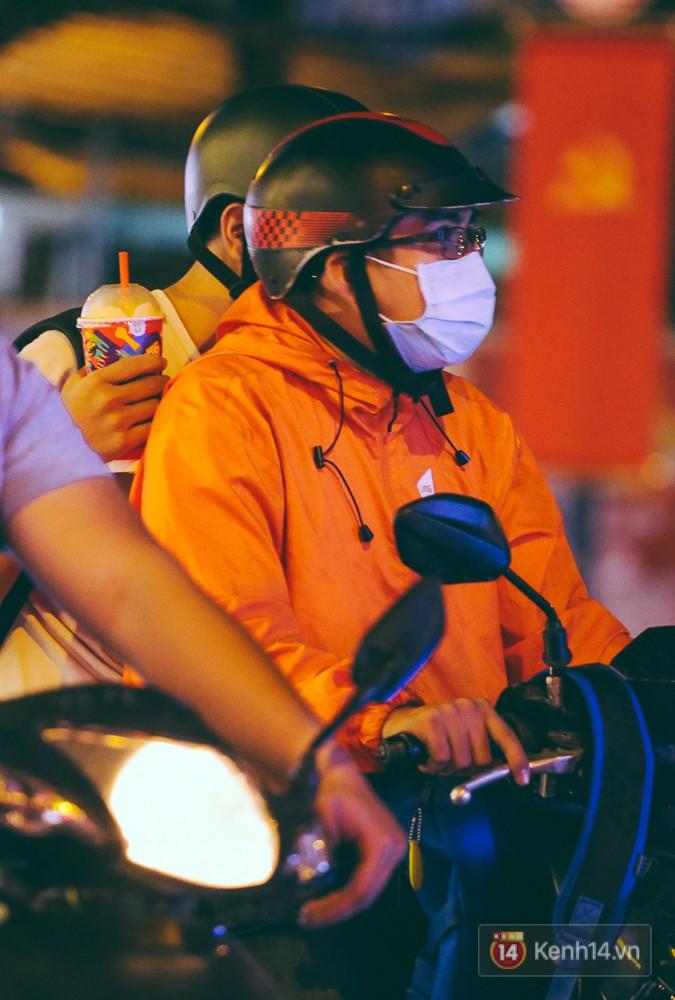 Chùm ảnh: Sài Gòn xuống 20 độ C kèm gió lạnh, người dân co ro khi đêm về - Ảnh 2.