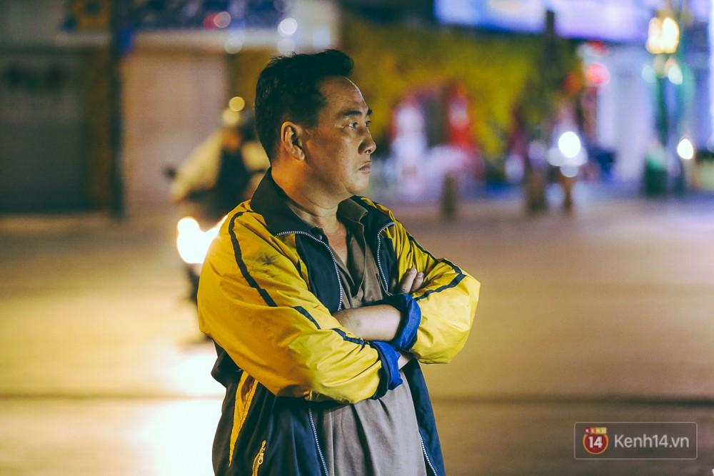 Chùm ảnh: Sài Gòn xuống 20 độ C kèm gió lạnh, người dân co ro khi đêm về - Ảnh 6.