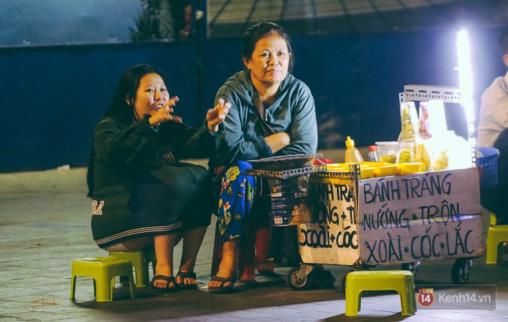 Chùm ảnh: Sài Gòn xuống 20 độ C kèm gió lạnh, người dân co ro khi đêm về - Ảnh 5.