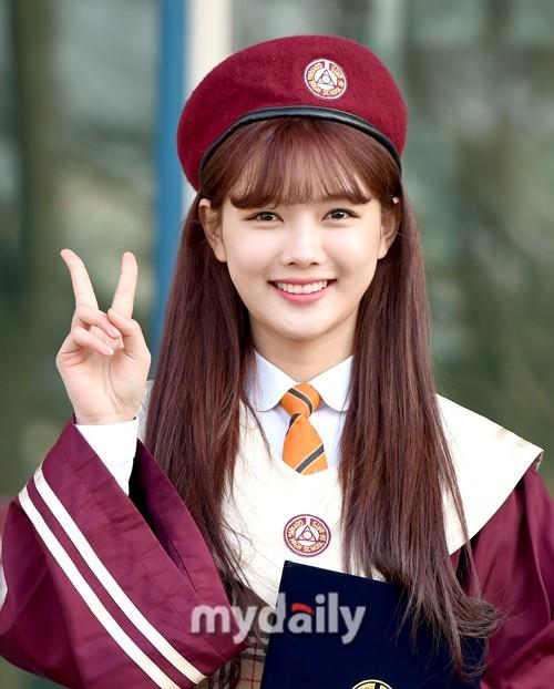 Loạt idol Kpop tốt nghiệp hôm nay: Kim Yoo Jung đẹp đến đẳng cấp nữ thần, Wanna One và NCT đọ vẻ điển trai - Ảnh 3.