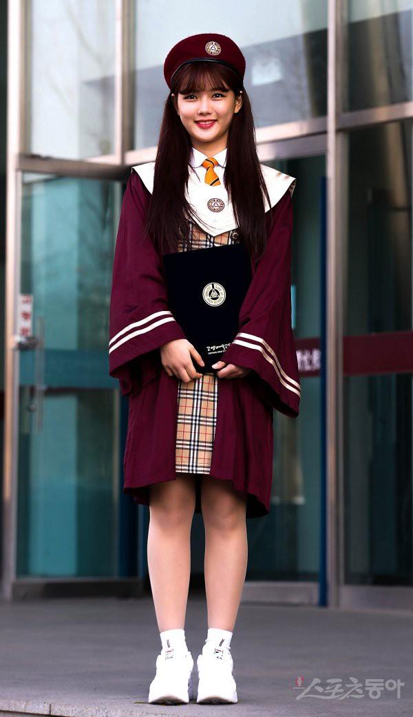 Loạt idol Kpop tốt nghiệp hôm nay: Kim Yoo Jung đẹp đến đẳng cấp nữ thần, Wanna One và NCT đọ vẻ điển trai - Ảnh 1.
