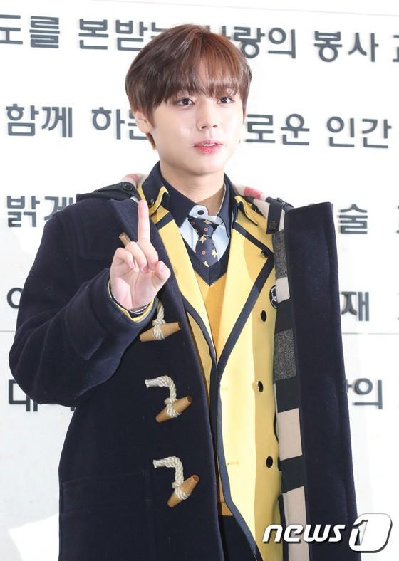 Loạt idol Kpop tốt nghiệp hôm nay: Kim Yoo Jung đẹp đến đẳng cấp nữ thần, Wanna One và NCT đọ vẻ điển trai - Ảnh 6.