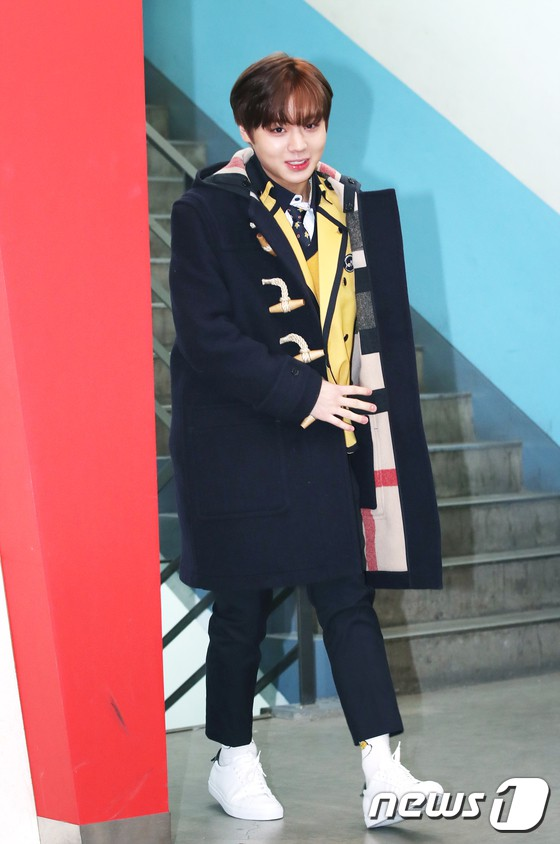 Loạt idol Kpop tốt nghiệp hôm nay: Kim Yoo Jung đẹp đến đẳng cấp nữ thần, Wanna One và NCT đọ vẻ điển trai - Ảnh 5.