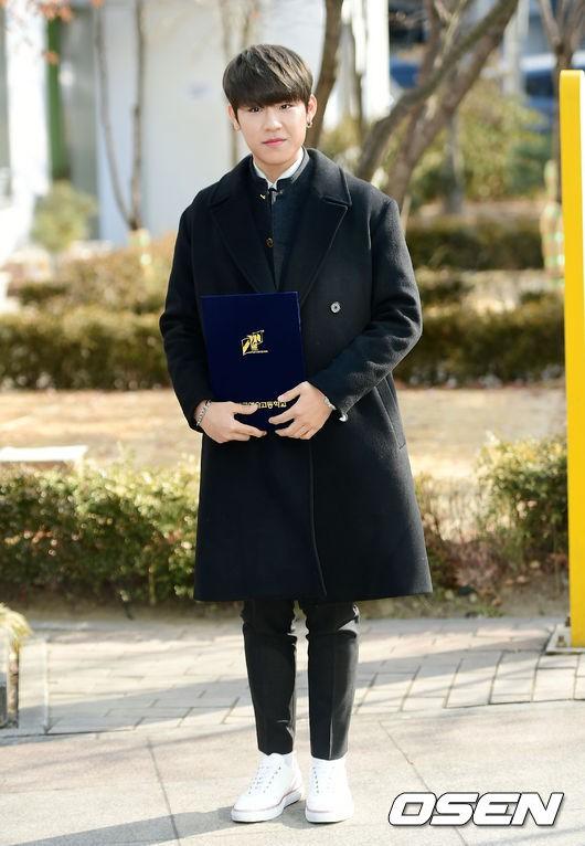 Loạt idol Kpop tốt nghiệp hôm nay: Kim Yoo Jung đẹp đến đẳng cấp nữ thần, Wanna One và NCT đọ vẻ điển trai - Ảnh 10.