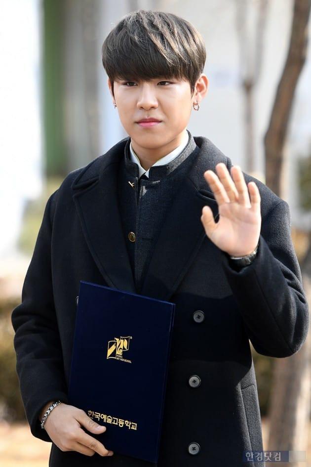 Loạt idol Kpop tốt nghiệp hôm nay: Kim Yoo Jung đẹp đến đẳng cấp nữ thần, Wanna One và NCT đọ vẻ điển trai - Ảnh 11.
