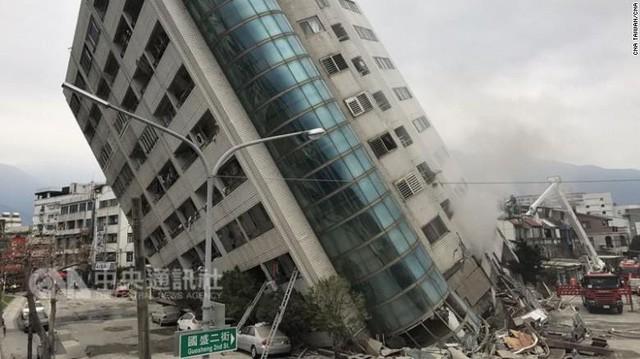 Hình ảnh kinh hoàng về tòa chung cư bị quật ngã vì động đất ở Đài Loan, nơi hàng chục người mắc kẹt - Ảnh 2.