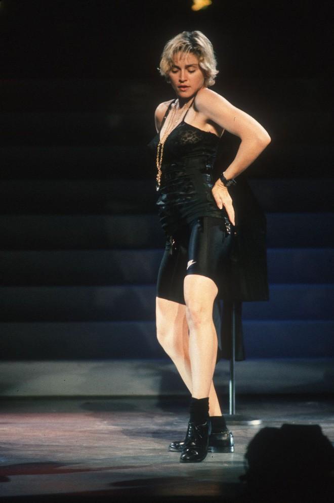 Từ thập niên 90 đến nay, thời trang đi tiệc của các cô gái sành điệu đã thay đổi thế nào? - Ảnh 2.