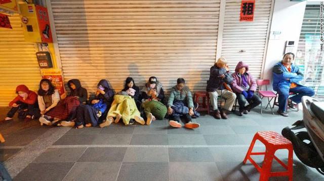 Hình ảnh kinh hoàng về tòa chung cư bị quật ngã vì động đất ở Đài Loan, nơi hàng chục người mắc kẹt - Ảnh 12.