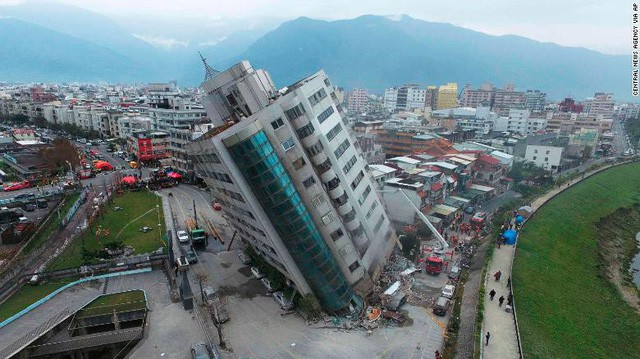 Hình ảnh kinh hoàng về tòa chung cư bị quật ngã vì động đất ở Đài Loan, nơi hàng chục người mắc kẹt - Ảnh 9.