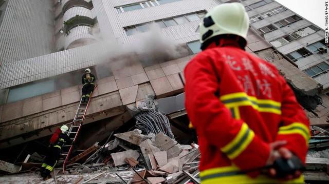 Hình ảnh kinh hoàng về tòa chung cư bị quật ngã vì động đất ở Đài Loan, nơi hàng chục người mắc kẹt - Ảnh 10.
