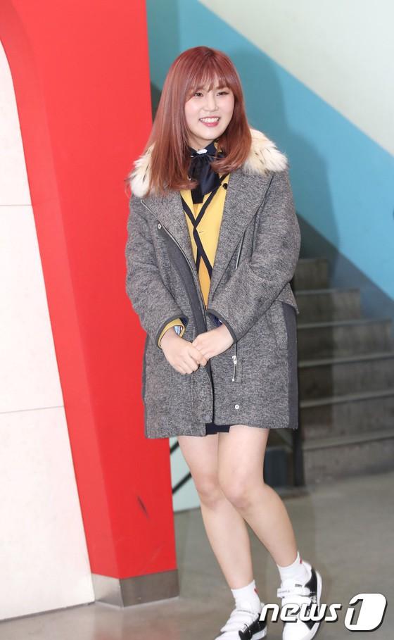 Loạt idol Kpop tốt nghiệp hôm nay: Kim Yoo Jung đẹp đến đẳng cấp nữ thần, Wanna One và NCT đọ vẻ điển trai - Ảnh 31.