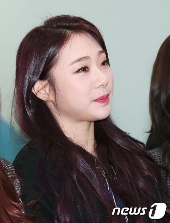 Loạt idol Kpop tốt nghiệp hôm nay: Kim Yoo Jung đẹp đến đẳng cấp nữ thần, Wanna One và NCT đọ vẻ điển trai - Ảnh 17.