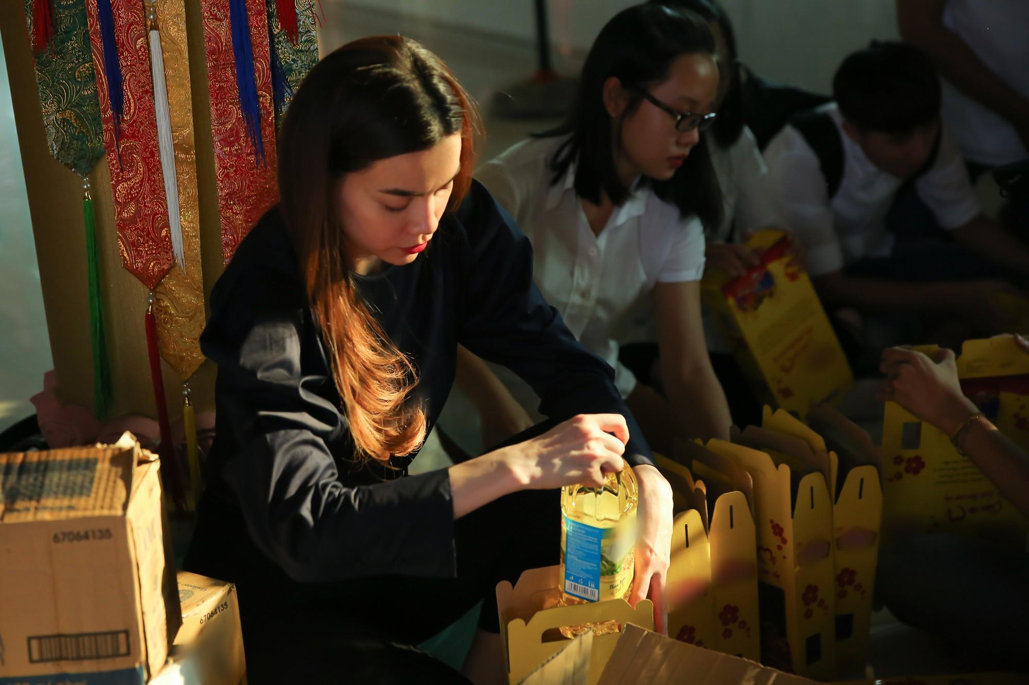 Hồ Ngọc Hà dành cả ngày làm từ thiện, đi xe máy trao quà Tết cho người vô gia cư lúc nửa đêm - Ảnh 2.