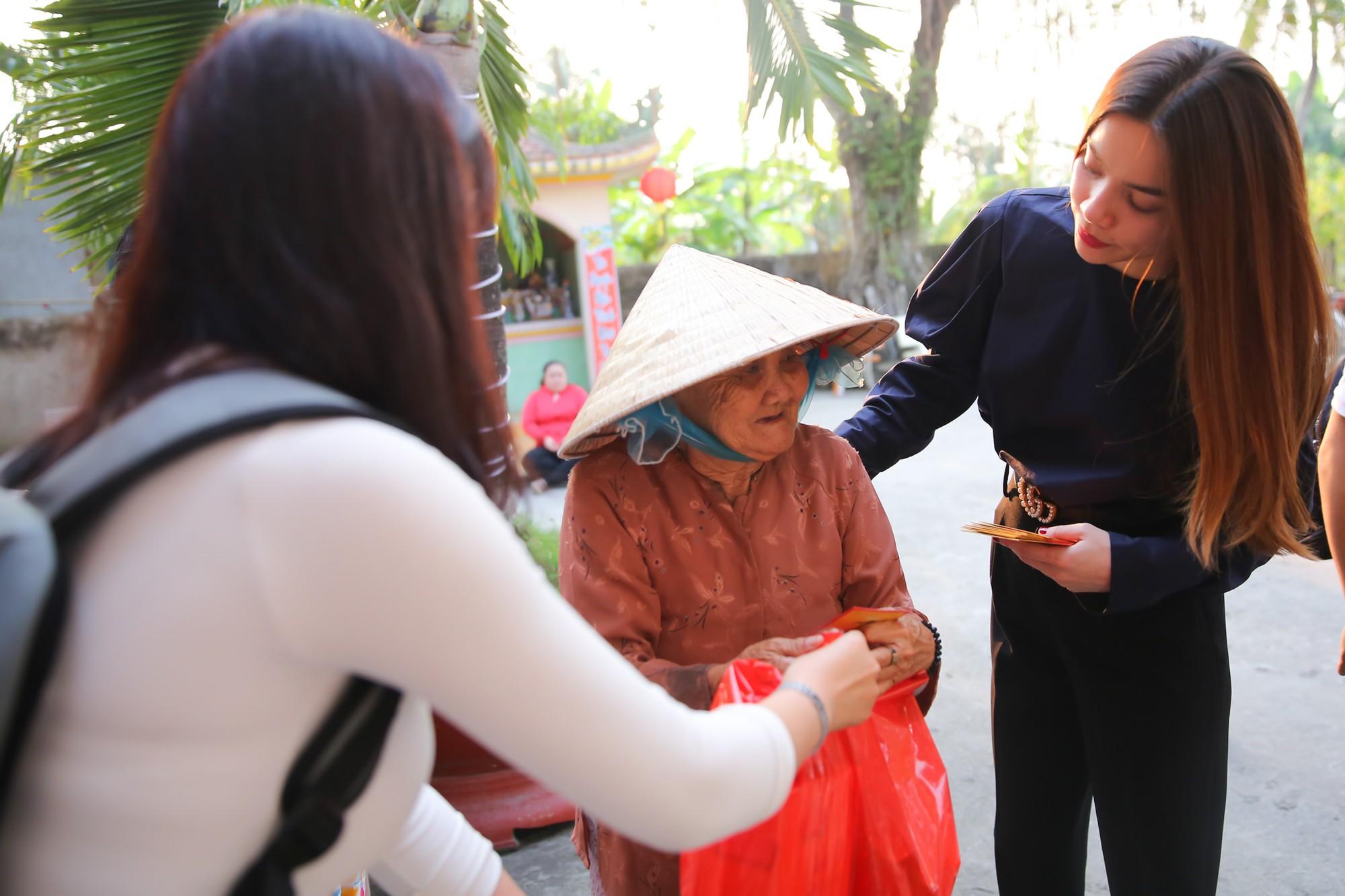 Hồ Ngọc Hà dành cả ngày làm từ thiện, đi xe máy trao quà Tết cho người vô gia cư lúc nửa đêm - Ảnh 5.