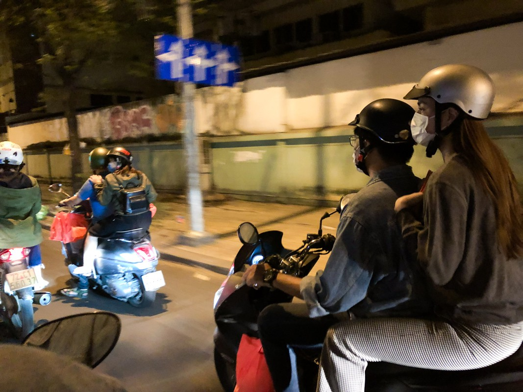 Hồ Ngọc Hà dành cả ngày làm từ thiện, đi xe máy trao quà Tết cho người vô gia cư lúc nửa đêm - Ảnh 9.