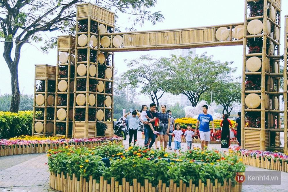 Nhiều thiếu nữ xúng xính váy áo, kéo đến đường hoa xuân ở phố nhà giàu Sài Gòn để check-in - Ảnh 2.