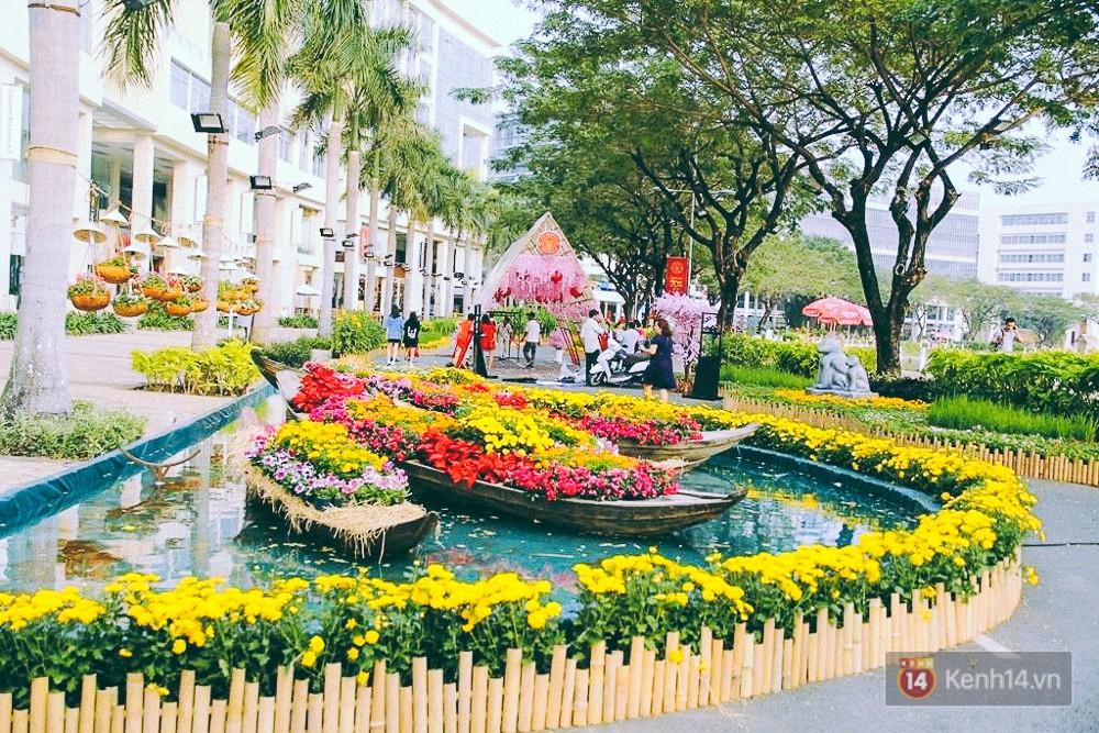 Nhiều thiếu nữ xúng xính váy áo, kéo đến đường hoa xuân ở phố nhà giàu Sài Gòn để check-in - Ảnh 3.