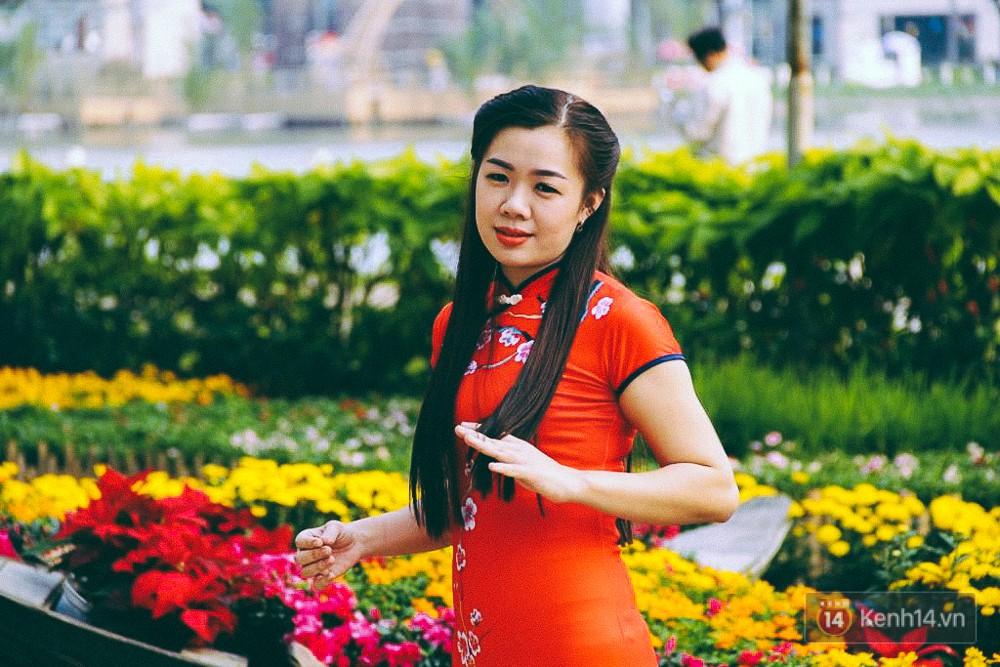 Nhiều thiếu nữ xúng xính váy áo, kéo đến đường hoa xuân ở phố nhà giàu Sài Gòn để check-in - Ảnh 13.