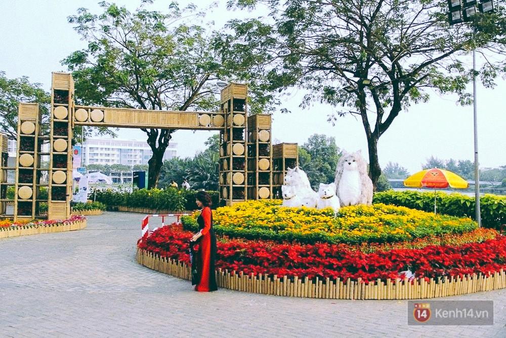 Nhiều thiếu nữ xúng xính váy áo, kéo đến đường hoa xuân ở phố nhà giàu Sài Gòn để check-in - Ảnh 1.