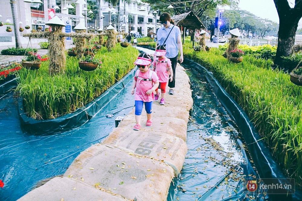 Nhiều thiếu nữ xúng xính váy áo, kéo đến đường hoa xuân ở phố nhà giàu Sài Gòn để check-in - Ảnh 11.