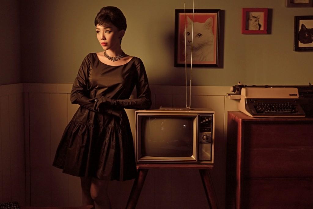 Tóc Tiên hóa thân thành quý cô thập niên 60 trong MV dành tặng riêng cho hội F.A - Ảnh 5.