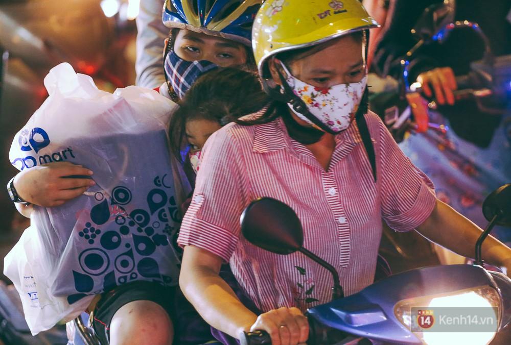 Người dân về quê đón Tết: Các ngã đường đến bến bến xe Miền Đông tắc nghẽn từ chiều đến tối, trẻ em ngủ trên xe 16