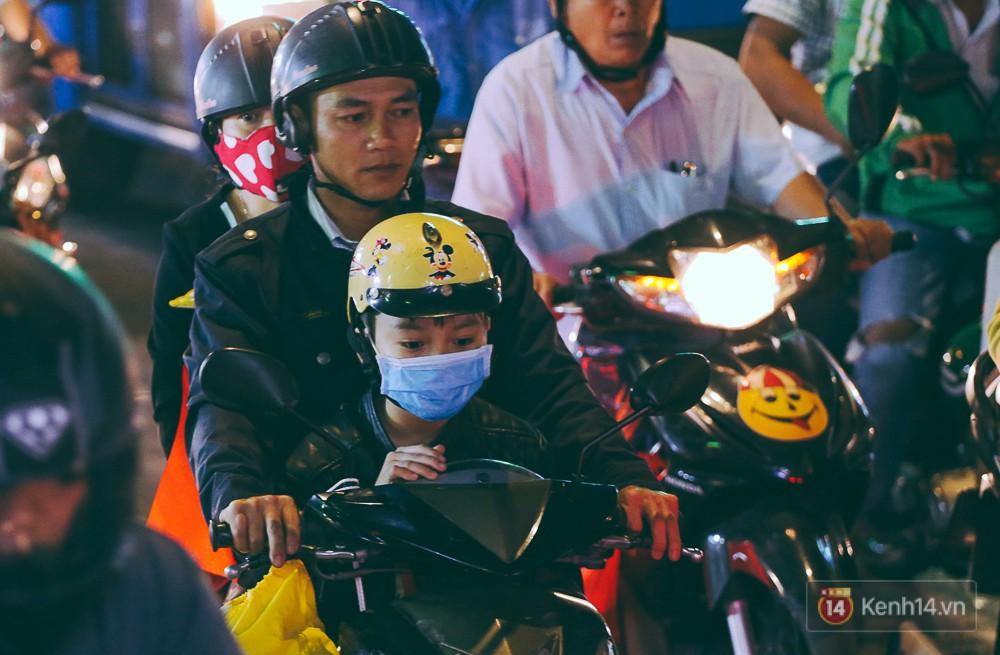 Người dân về quê đón Tết: Các ngã đường đến bến bến xe Miền Đông tắc nghẽn từ chiều đến tối, trẻ em ngủ trên xe 15