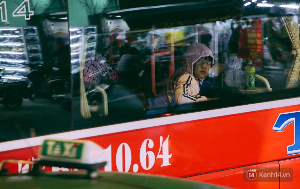 Người dân về quê đón Tết: Các ngã đường đến bến bến xe Miền Đông tắc nghẽn từ chiều đến tối, trẻ em ngủ trên xe 13