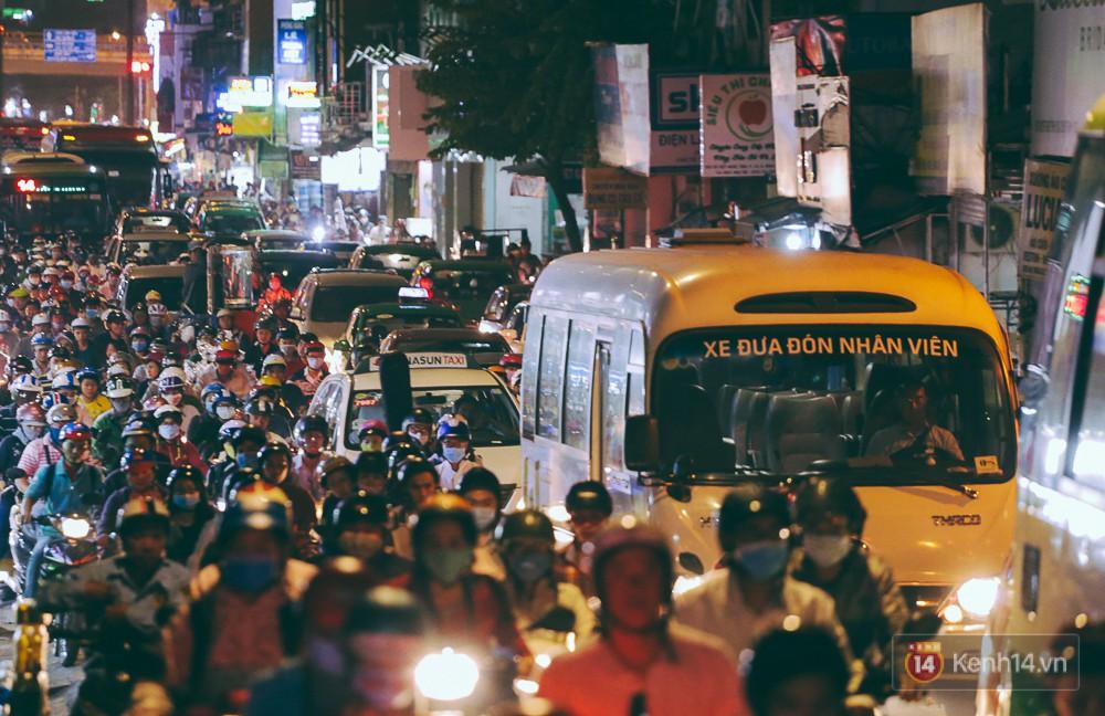 Người dân về quê đón Tết: Các ngã đường đến bến bến xe Miền Đông tắc nghẽn từ chiều đến tối, trẻ em ngủ trên xe 11