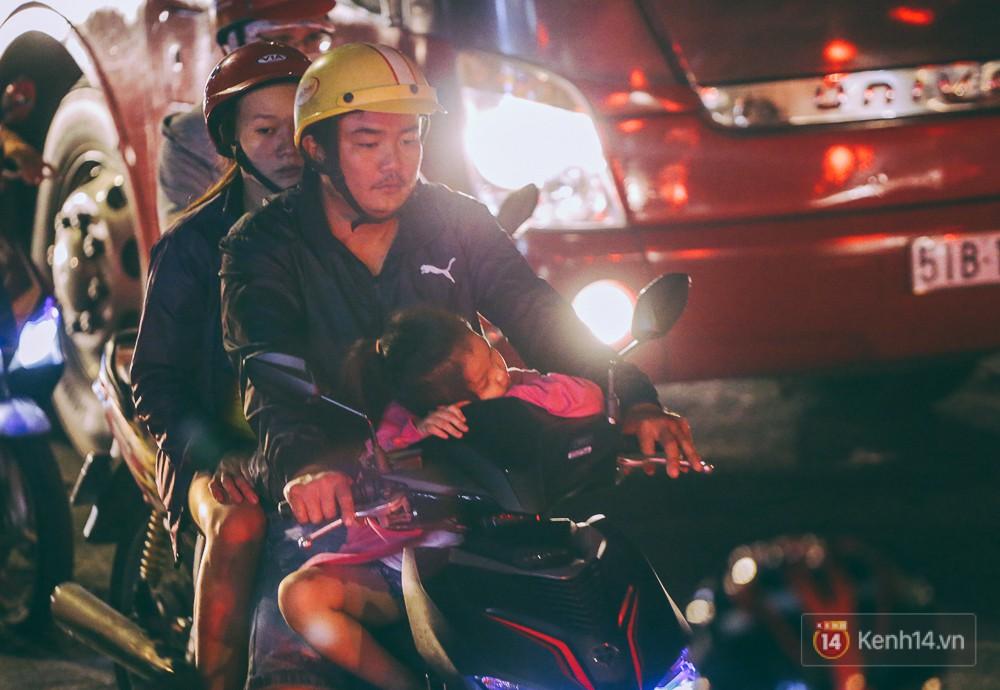 Người dân về quê đón Tết: Các ngã đường đến bến bến xe Miền Đông tắc nghẽn từ chiều đến tối, trẻ em ngủ trên xe 19