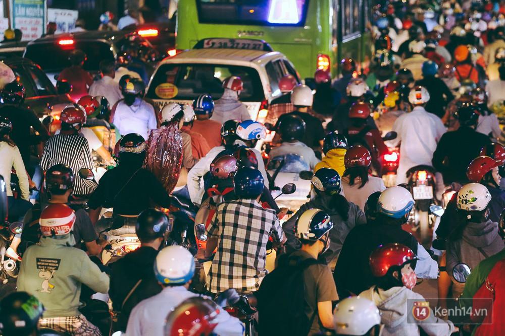 Người dân về quê đón Tết: Các ngã đường đến bến bến xe Miền Đông tắc nghẽn từ chiều đến tối, trẻ em ngủ trên xe 12
