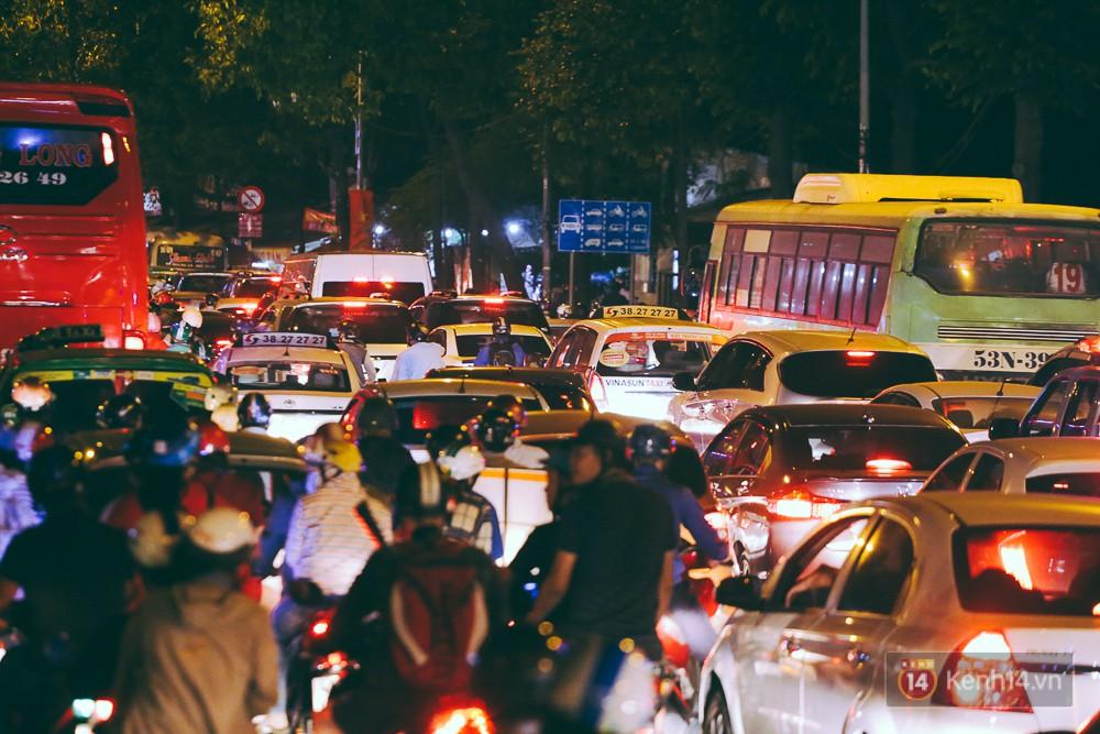 Người dân về quê đón Tết: Các ngã đường đến bến bến xe Miền Đông tắc nghẽn từ chiều đến tối, trẻ em ngủ trên xe 7