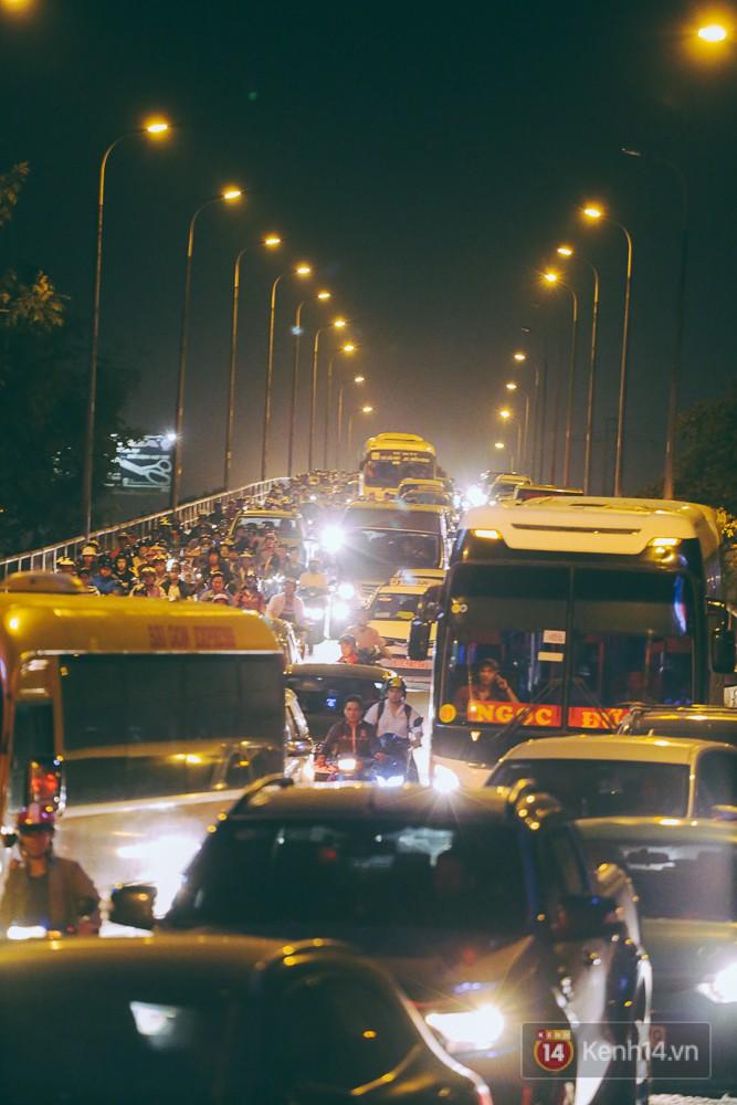 Người dân về quê đón Tết: Các ngã đường đến bến bến xe Miền Đông tắc nghẽn từ chiều đến tối, trẻ em ngủ trên xe 6