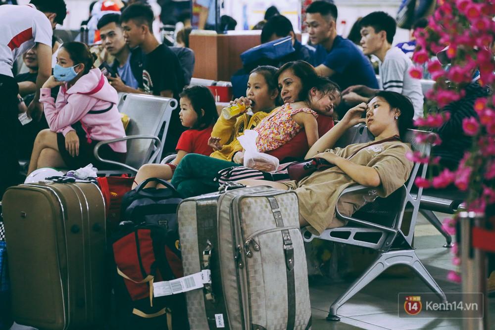 Người dân về quê đón Tết: Các ngã đường đến bến bến xe Miền Đông tắc nghẽn từ chiều đến tối, trẻ em ngủ trên xe 28