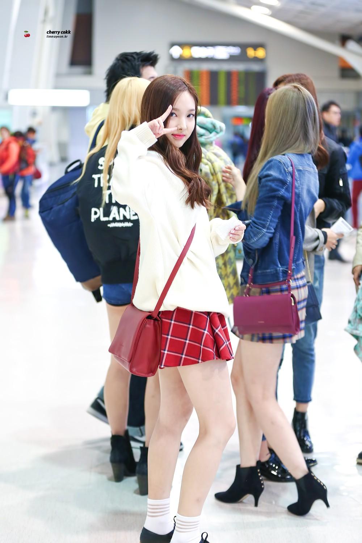 Nếu định đi chơi xa Tết này, bạn hãy học Nayeon (Twice) sắm những món đồ sau - Ảnh 1.