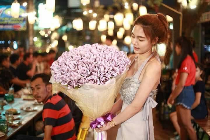 Valentine thì chưa tới, cô nàng đã chi bạo 71 triệu đồng, xếp thành bó hoa tiền tặng người yêu - Ảnh 2.
