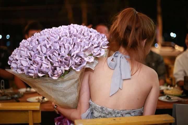 Valentine thì chưa tới, cô nàng đã chi bạo 71 triệu đồng, xếp thành bó hoa tiền tặng người yêu - Ảnh 3.