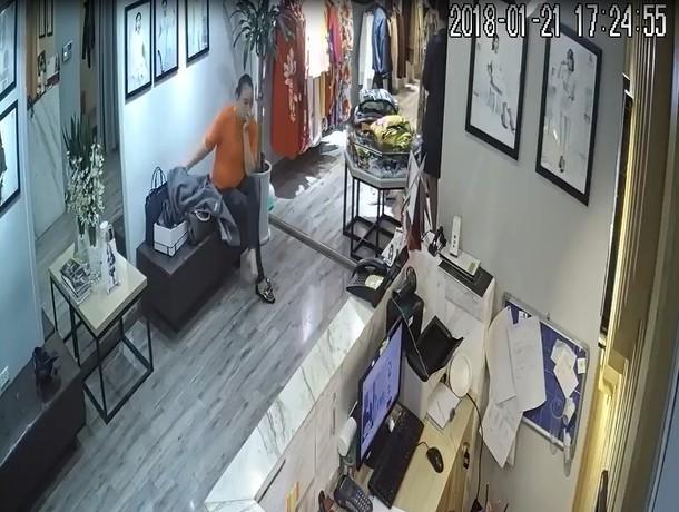Hà Nội: Màn kịch của hai người phụ nữ đi theo khách VIP vào shop trộm hàng chục triệu đồng - Ảnh 2.