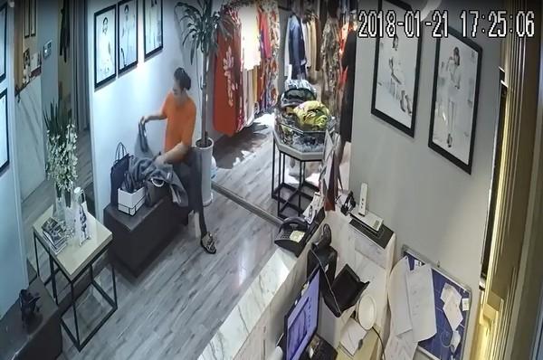 Hà Nội: Màn kịch của hai người phụ nữ đi theo khách VIP vào shop trộm hàng chục triệu đồng - Ảnh 3.