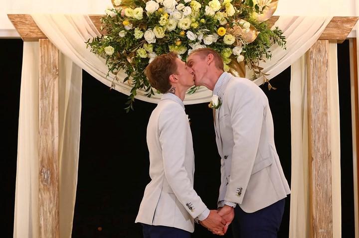 Hạnh phúc vỡ òa trong các đám cưới đồng tính ở Australia - Ảnh 3.