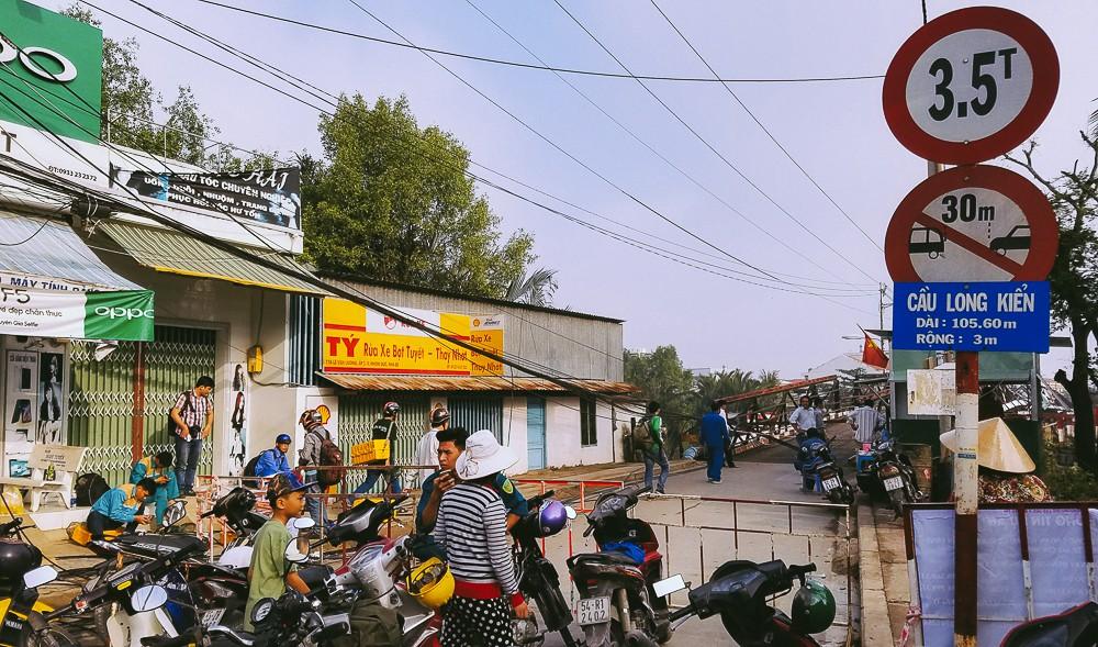 Cận cảnh hiện trường kinh hoàng sập cầu Long Kiển ở Sài Gòn, chưa thể vớt ô tô tải rơi xuống sông - Ảnh 1.