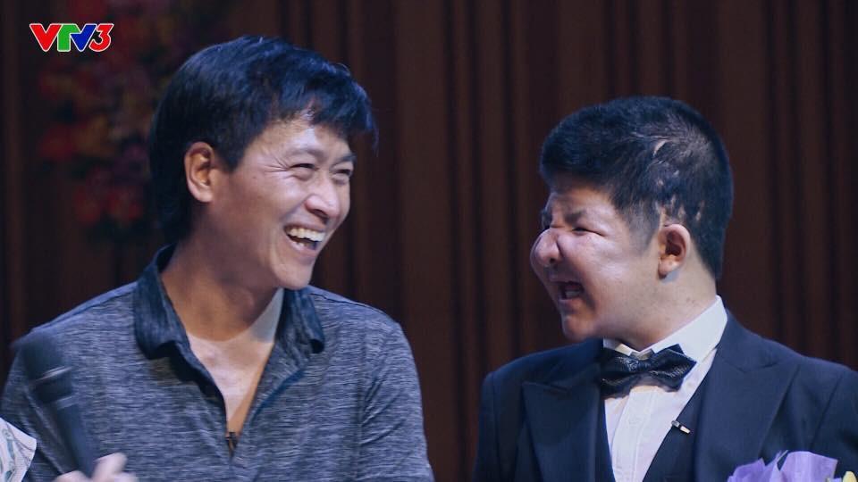 Clip: MC Thảo Vân nghẹn ngào rơi nước mắt trước tình cảm của bố con diễn viên Quốc Tuấn và Bôm - Ảnh 1.
