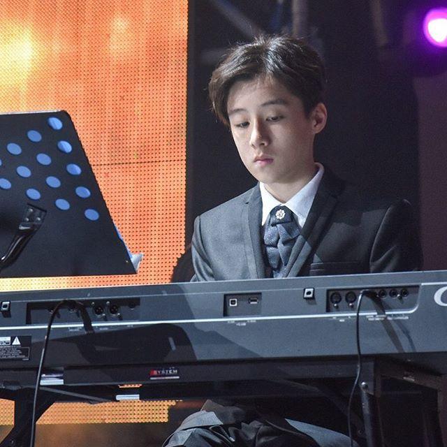Tiểu Vương Lực Hoành Trung Quốc: 13 tuổi đã cao 1m70, học giỏi và biết chơi cả piano, violin - Ảnh 3.