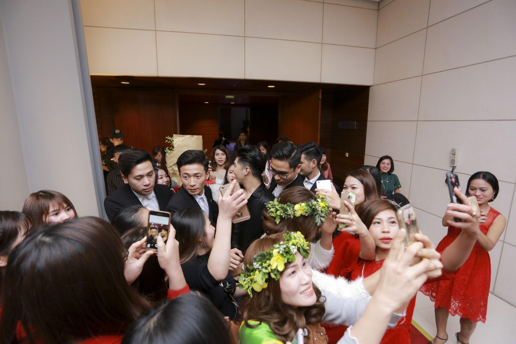 Noo Phước Thịnh vẫn tươi cười vui vẻ dù bị người hâm mộ bao vây khi rời khỏi sự kiện - Ảnh 4.